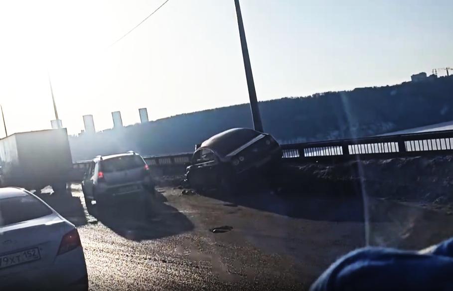 Volkswagen чуть не улетел с Мызинского моста - фото 1