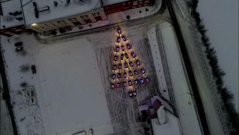 Сотрудники нижегородского ГИБДД выложили елку из машин - фото 1
