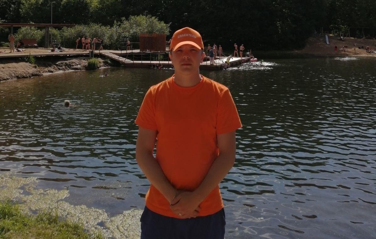Тонувшего мужчину спас дежурный на озере на Щелоковском хуторе - фото 1