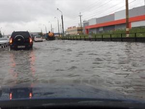 Воду с улиц Нижнего Новгорода убирает спецтехника