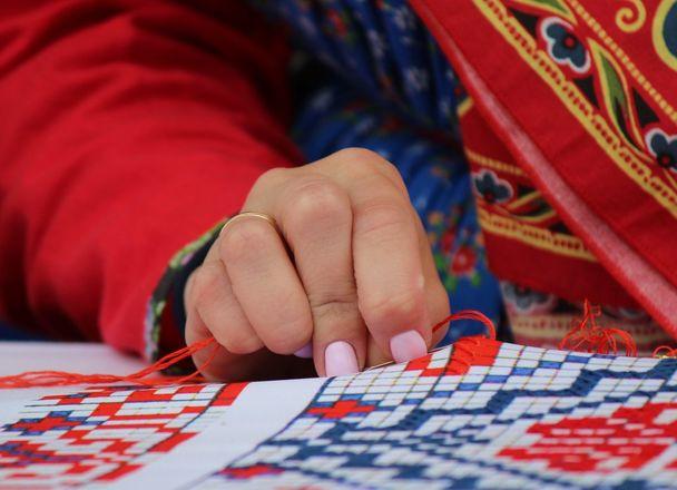 Нижегородцы вышили 25-метровый «Рушник дружбы» в День России - фото 11