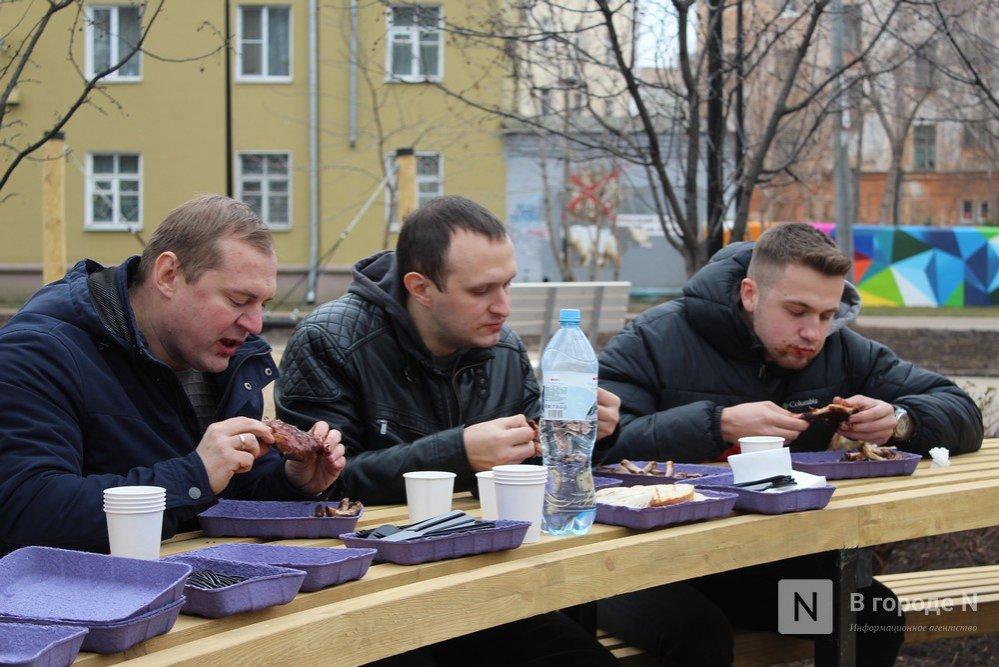 Чемпионы по поеданию ребрышек съели порцию за три минуты в Чернопрудском сквере - фото 4