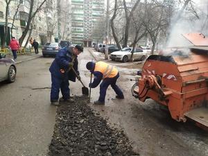 Дорожные ямы «по-зимнему» ремонтируют в Сормове