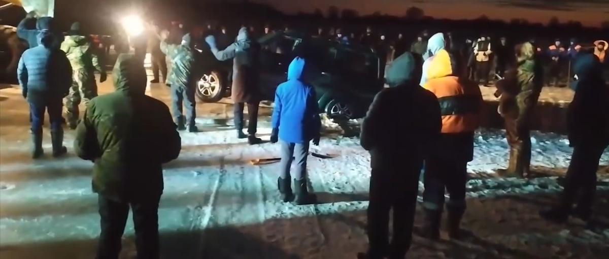 Провалившийся в Оку вблизи Шиморского УАЗ с людьми достали из-подо льда - фото 1