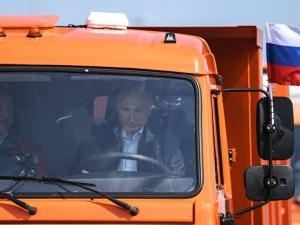 Владимир Путин проехал по Крымскому мосту на КамАЗе