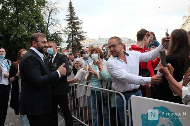 Маски на красной дорожке: звезды кино приехали на «Горький fest» в Нижний Новгород - фото 22