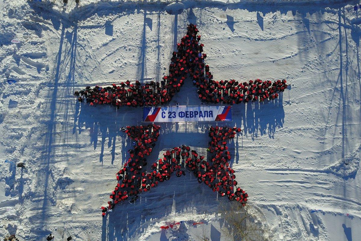 Ради праздника нижегородцы выстроились в огромную звезду - фото 1