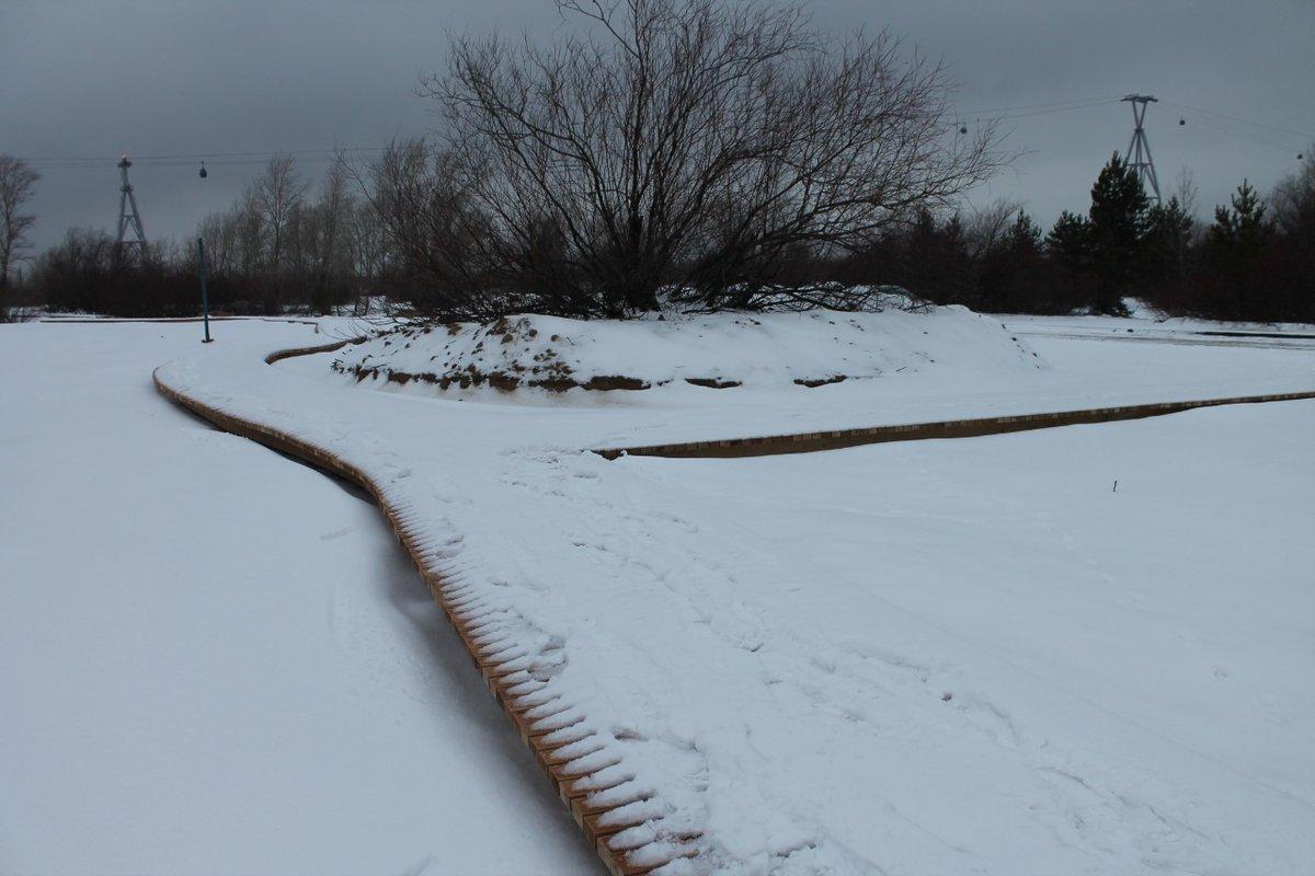 По колено в снегу продолжается благоустройство Гребного канала, которое должны были закончить еще летом - фото 2