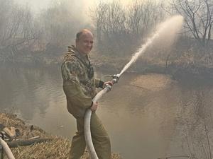 Егерь из Навашина Игорь Ежков получил медаль от спасателей