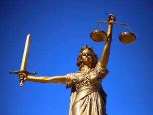 За признание вины начальницу судебных приставов в Дзержинске перевели из под стражи на домашний арест