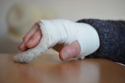 Заведующую детсада в Приокском районе привлекли к ответственности за оторванную фалангу пальца ребенка - фото 1
